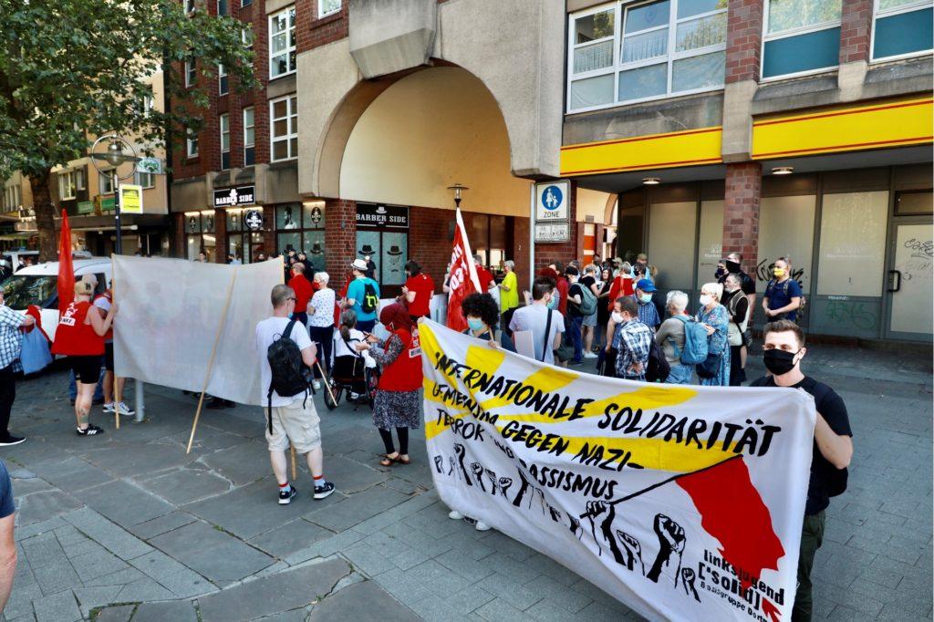 Vor dem Durchgang zum Geschäft am Alten Burgwall versammelten sich die Demonstranten.