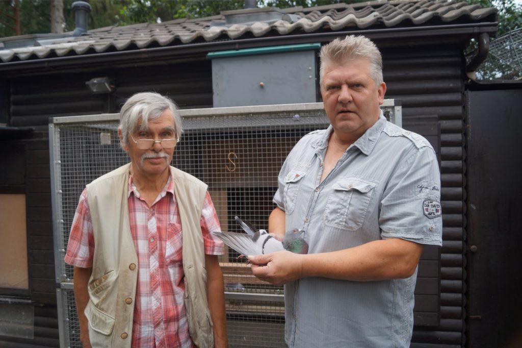 Gerd Schulz (l.) und Torsten Steuer mit der Siegertaube.