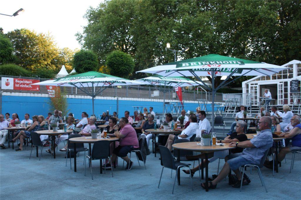 Fred Apes Zuhörer saßen am Freitag an großflächig postierten Tischen im Becken des Parkbads.