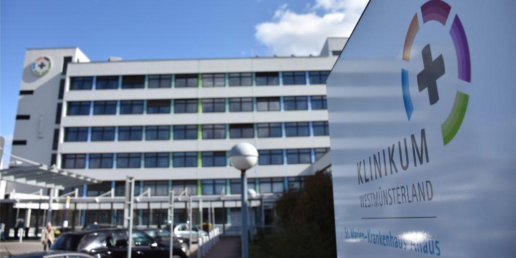 Bei einer Anästhesistin des Ahauser St.-Marien-Krankenhauses  wurde eine Infektion mit SARS-CoV-2 nachgewiesen. 21 Mitarbeiter wurden darauf getestet, Patienten seien nicht gefährdet, so das Klinikum Westmünsterland.