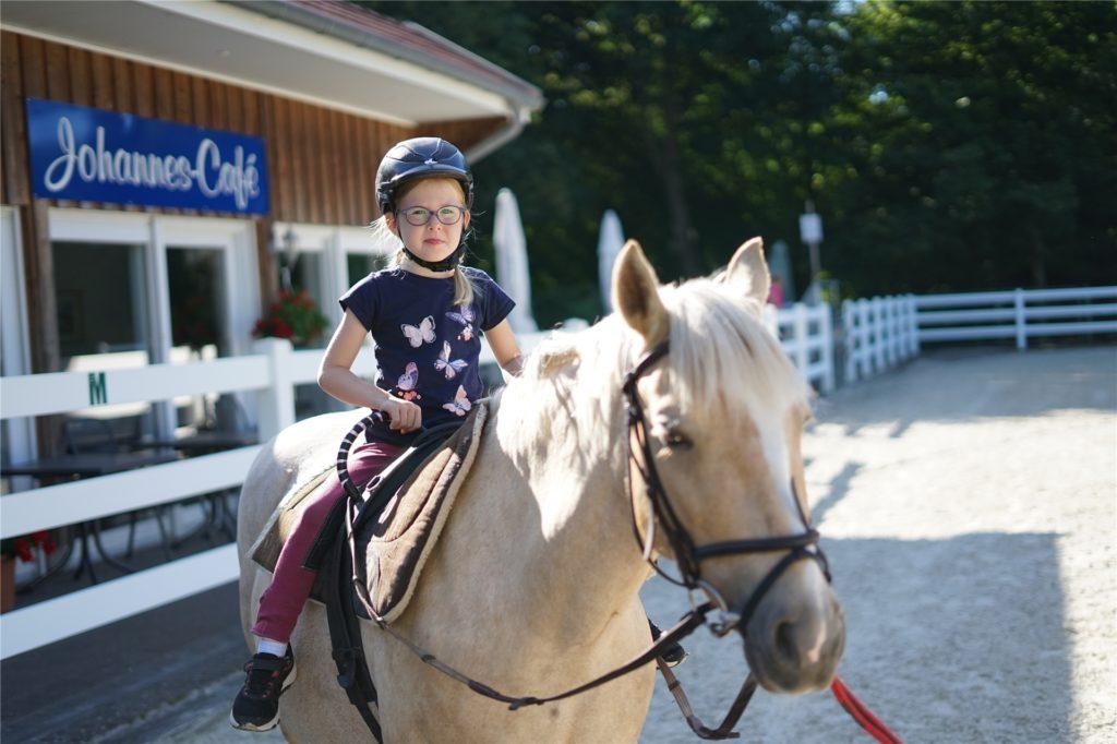 Das öffentliche Ponyreiten muss zwar aktuell ausfallen, die Therapiestunden finden aber weiter statt.