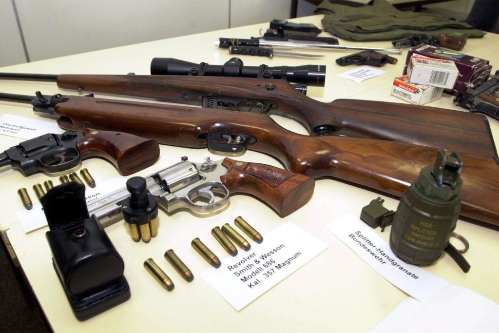 In Michael Bergers Wohnung entdeckten Polizisten diese gefährlichen Waffen und Dokumente, die auf das rechtsradikale Gedankengut des Schützen schließen ließen (Bild aus dem Jahr 2000).