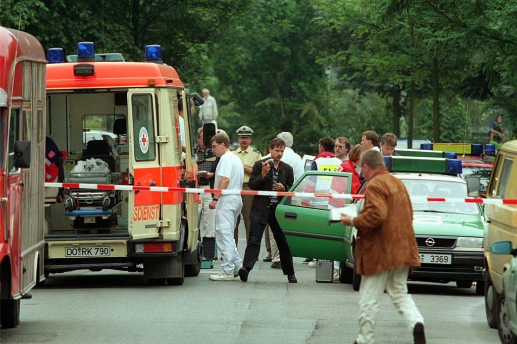 Einsatzfahrzeuge am Tatort. Der Streifenwagen mit der geöffneten Tür ist der Wagen, auf den Michael Berger die Schüsse abgegeben hatte.