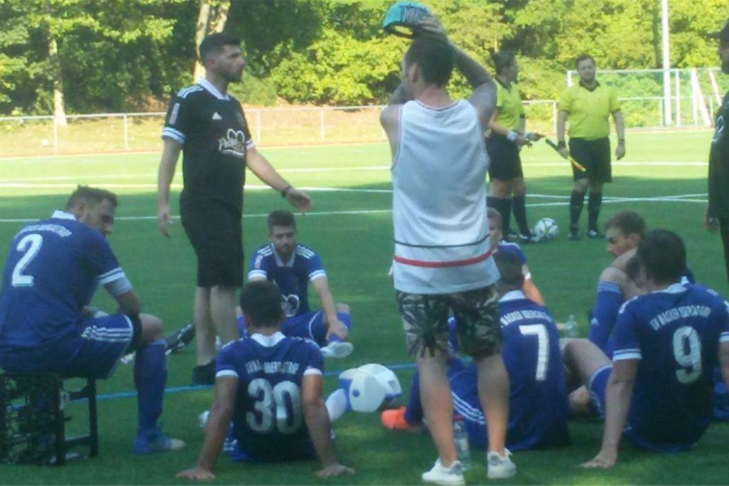 Das Obercastroper Team mit Trainer Aytac Uzuoglu (l) kurz vor dem Elfmeterschießen gegen den SV Wanne 11.