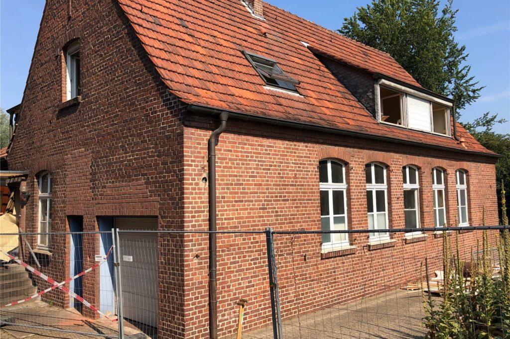 Mit dem Abriss dieses Gebäudes (frühere Hausmeisterwohnung) soll der Platz für das neue Wohnhaus geschaffen werden.