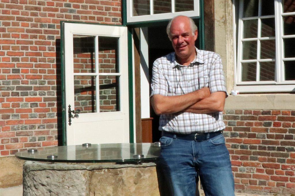 Karl-Heinz Otto, zweiter Vorsitzender des Heimatvereins Legden, im Innenhof des Haus Weßling. Dort hat sich schon einiges getan und ist auch noch einiges an Verbesserungen geplant.