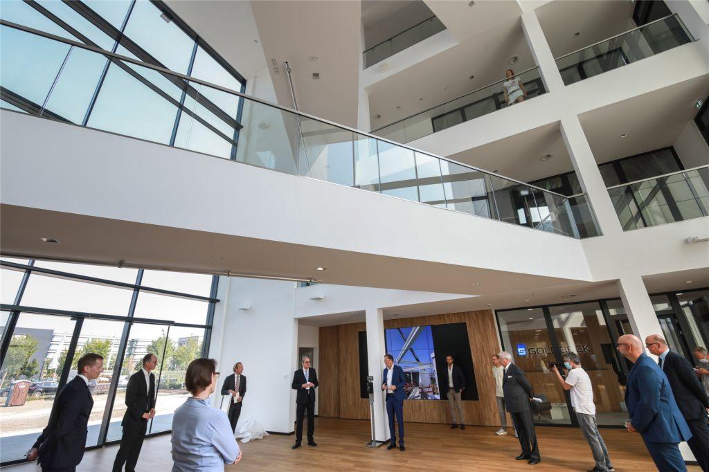 Corona-bedingt im kleinen Kreis fand die Eröffnungsfeier im gläsernen Foyer des TMM-Forums statt.