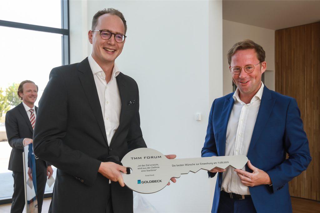 Bauunternehmer Jan-Hendrik Goldbeck (r.) übergab den symbolischen Schlüssel an TMM-Mitgesellschafter Dr. Wolf Hoffmann.