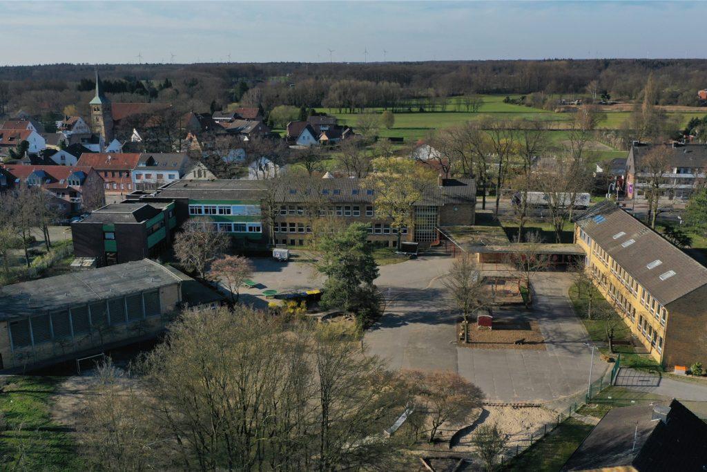 So sieht das Schulgelände der zwei Montessori-Schulen in Wulfen aus der Luft aus.