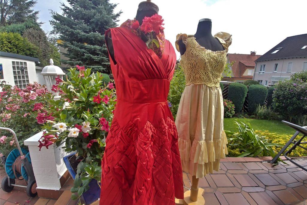 Alle Kleider sind maßgeschneidert. Das rote Kleid wurde von Janßen 1958 für ihre Meisterprüfung gefertigt.