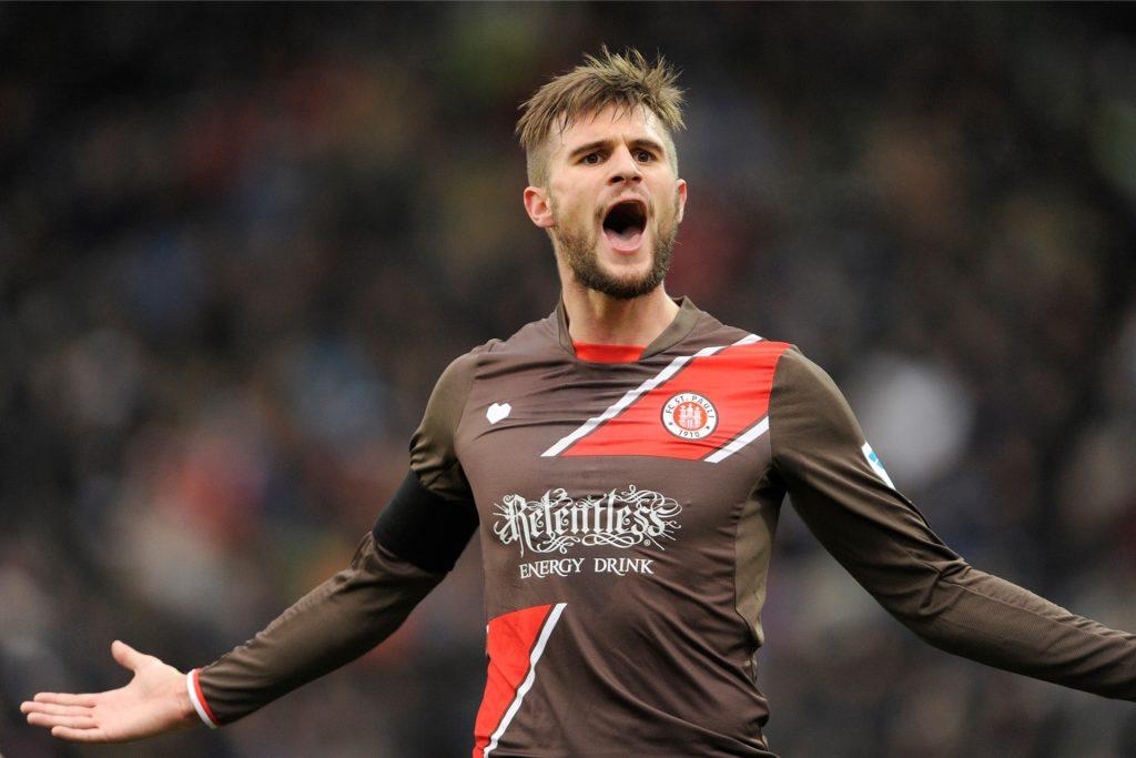 Christopher Nöthe jubelt im Trikot des FC St. Pauli nach einem Treffer.