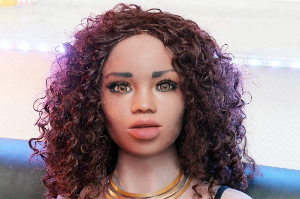 Keine Frage - die Puppen sehen realen Menschen ziemlich ähnlich. In nicht allzu ferner Zukunft wird man sie vielleicht kaum noch voneinander unterscheiden können.