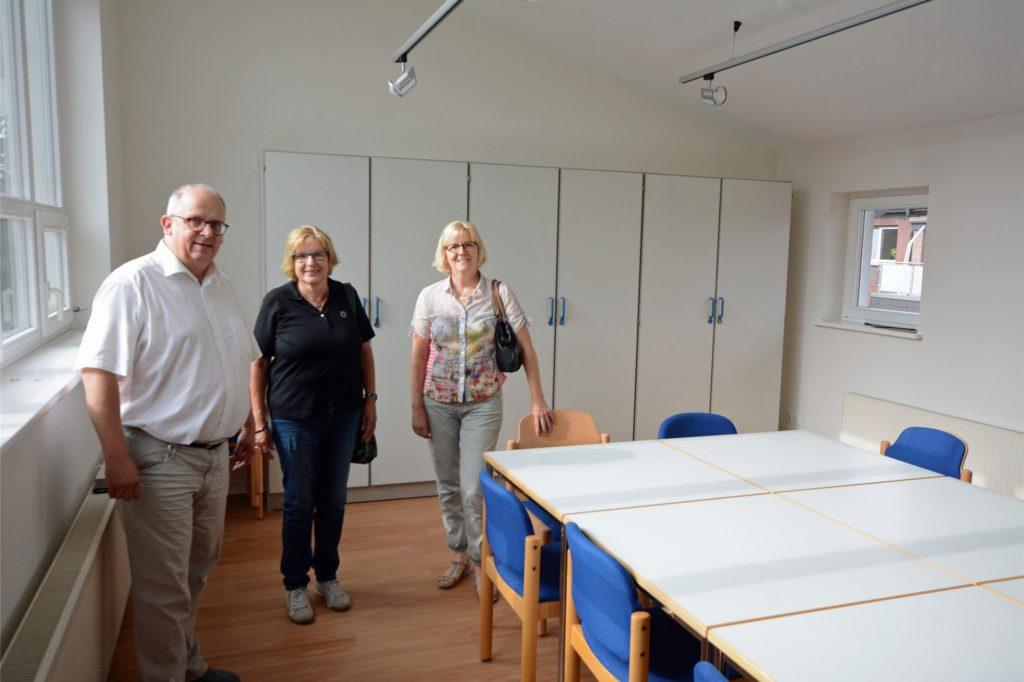 Lichtdurchflutet ist der neue Jugendraum im Obergeschoss. Über den Abschluss des Umbau freuen sich neben Pfarrer Thorsten Melchert Marita Jürgens (M.) und Gudrun Schlaphorst aus dem Presbyterium.
