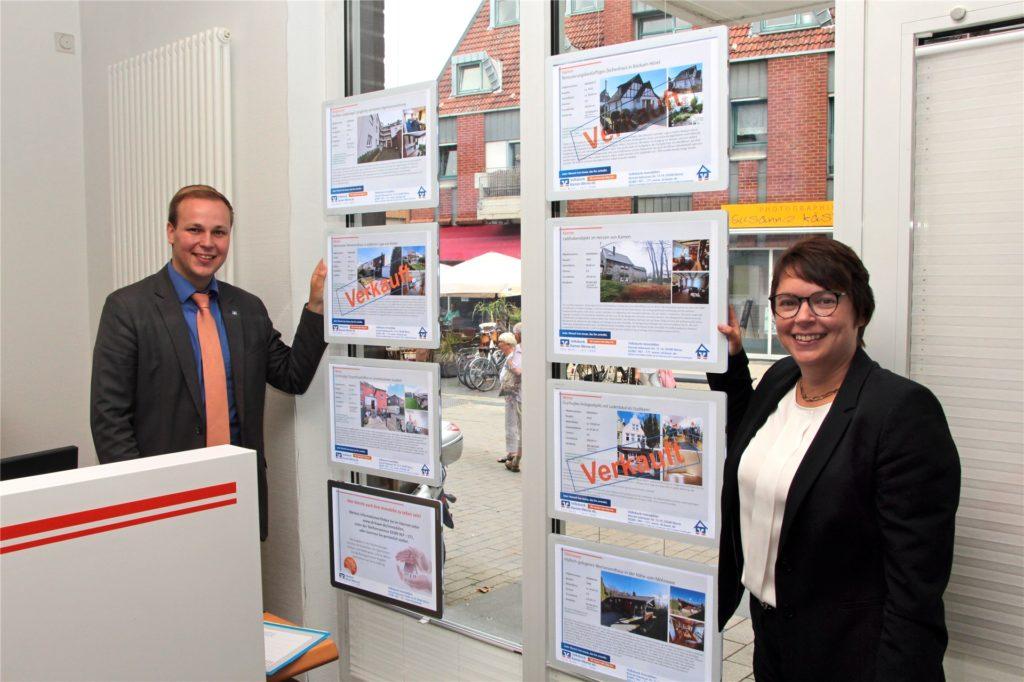 Pressesprecher Philipp Gärtner und Immobilien-Expertin Sandra Pippel an den Angeboten. Etliches ist bereits verkauft.