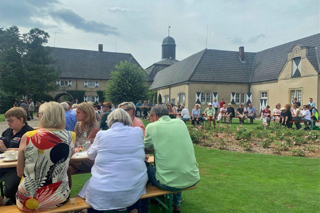 120 Gäste, je acht an einem Tisch, konnten den Auftritt des Bundesgesundheitsministers im Vorhof des Schlosses Westerwinkel verfolgen