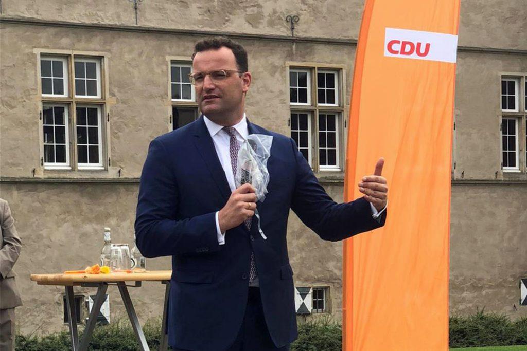 Gut eine Stunde Zeit nahm sich Minister Spahn für seinen Auftritt am Schloss Westerwinkel in Herbern.