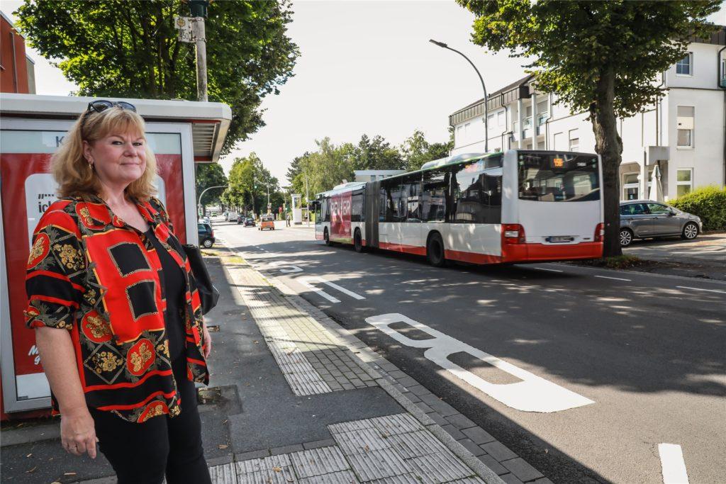 Laut Dagmar Kurth fahren an der Haltestelle an der Hagener Strasse 310-314 zu wenig Busse während der Schulzeit.