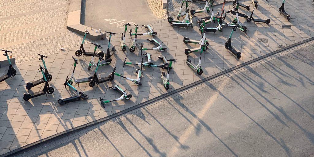 An der Straße Am Kai werfen die E-Scooter kunstvolle Schatten. Der Gehweg ist völlig zugestellt.