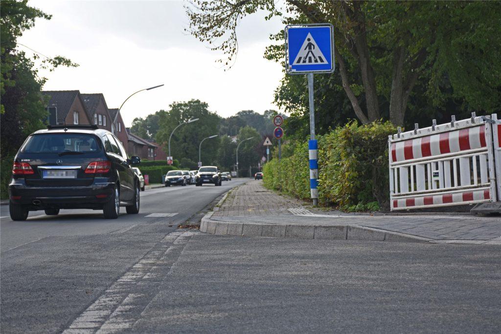 Mittlerweile ist der Fußweg an der Ecke zwischen Wendeplatz und Mühlenstraße wieder benutzbar. In den ersten Schultagen war der Weg gesperrt. Manche Schüler standen hier unerwartet auf der Fahrbahn.