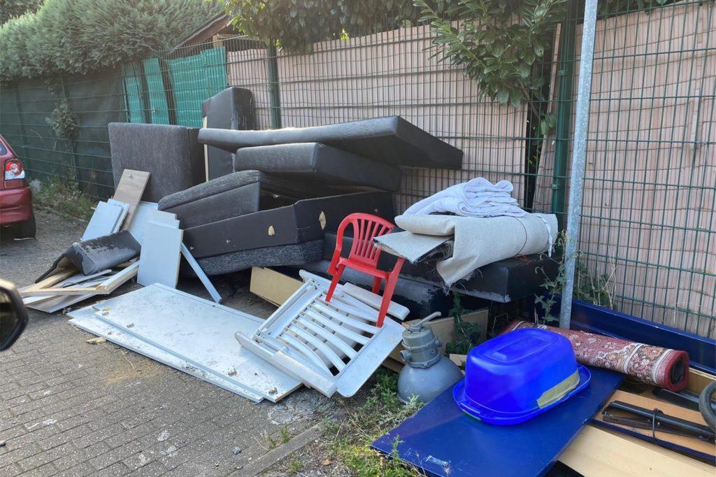 So wird der Müll an der Apostelstiege entsorgt: Rechtsanwalt Dirk Wolterstädt wohnt gleich nebenan und hat den Unrat fotografiert.