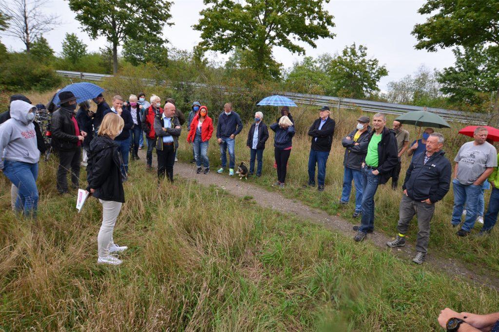 45 Anwohner aus dem nahen Groppenbruch sowie Mengeder und Waltroper Lokalpolitiker nahmen am Treffen auf dem geplanten Industriegebiet teil.