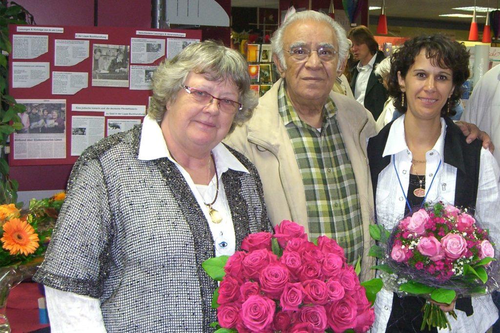 Inhaberin Heidi Vakilzadeh mit ihren Eltern, den Gründern der Buchhandlung Irene und Hushang Vakilzadeh anlässlich des 30-jährigen Bestehens.