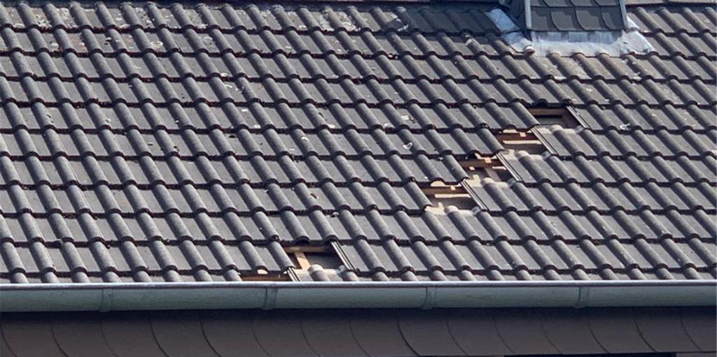 Vom Dach dieses Hauses an der Massener Dorfstraße hat der Sog eines überfliegenden Flugzeugs sieben Dachpfannen abgezogen, die dann zum Glück auf der Dachgaube liegen geblieben sind.
