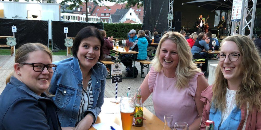 Genießen den Abend im Schlossbiergarten: Marlen Morrien, Eva-Maria Wittenberg, Annika Brinkhaus und Meike Dewies.