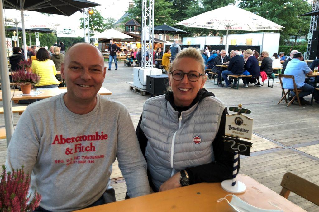 Freuen sich über die gute Resonanz: Christian und Barbara Drebber, die den Schlossbiergarten gemeinsam mit Dominik und Nicole Paffrath veranstalten.