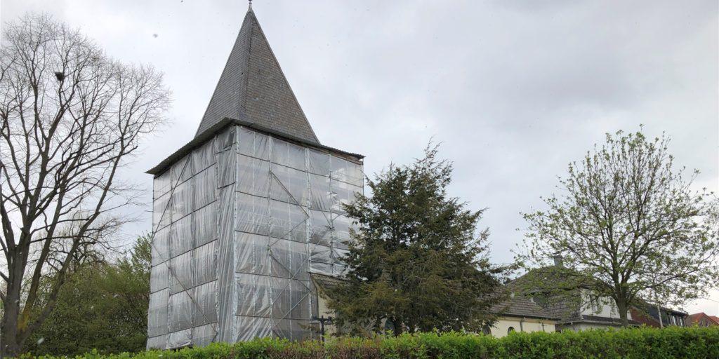 Der Lindenhorster Kirchturm ist seit vielen Jahren eingerüstet und mit einer Plane geschützt