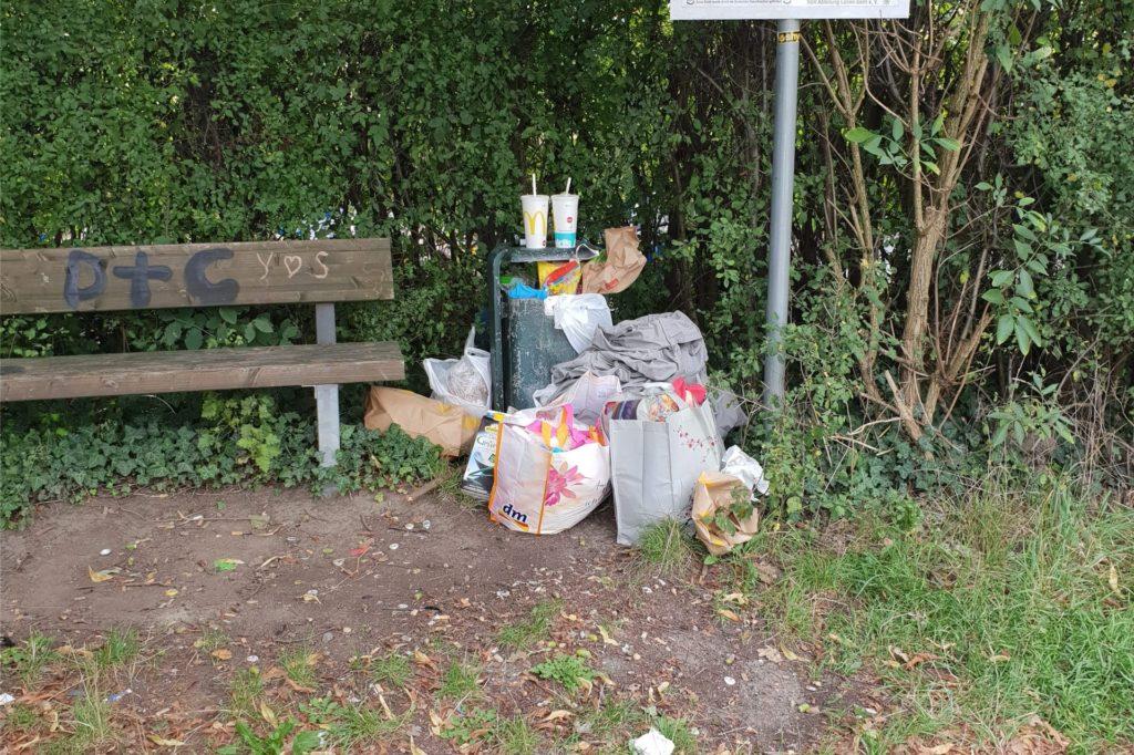Auch neben einem Mülleimer in der Nähe lag viel Müll.