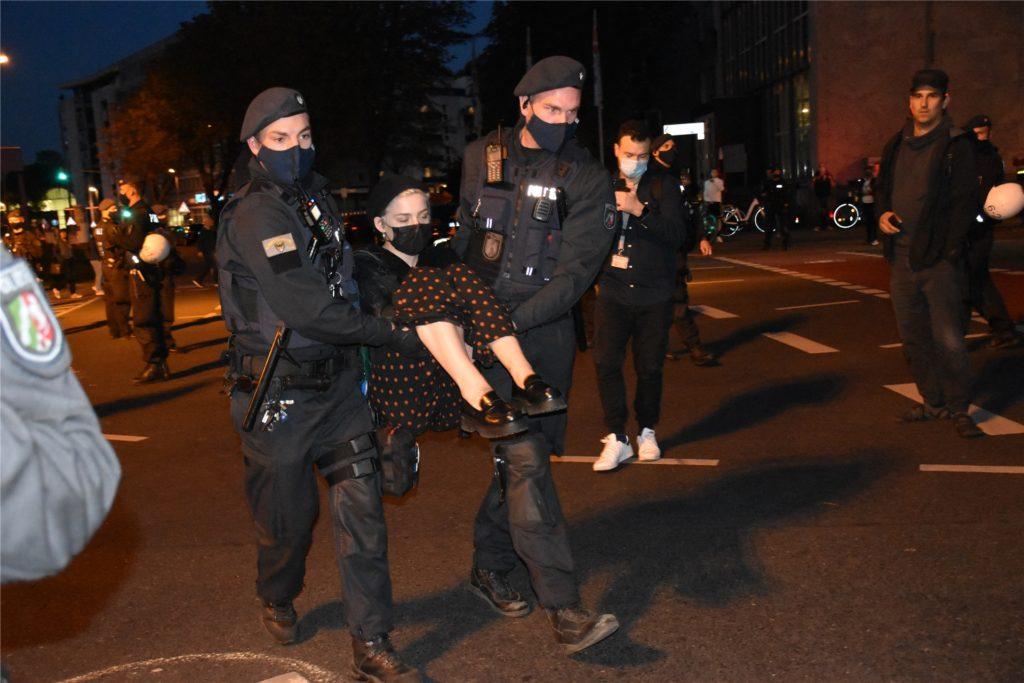 Polizisten trugen 21 Aktivisten von der Kreuzung.