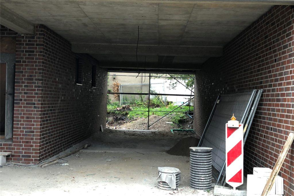 An der Funnenkampstraße wurde bereits neu gebaut. Hier gibt es eine Durchfahrt, die noch vor einer Wand endet. Dort sollen später Parkplätze entstehen, sagt Bürgermeister Wilhelm Sendermann.