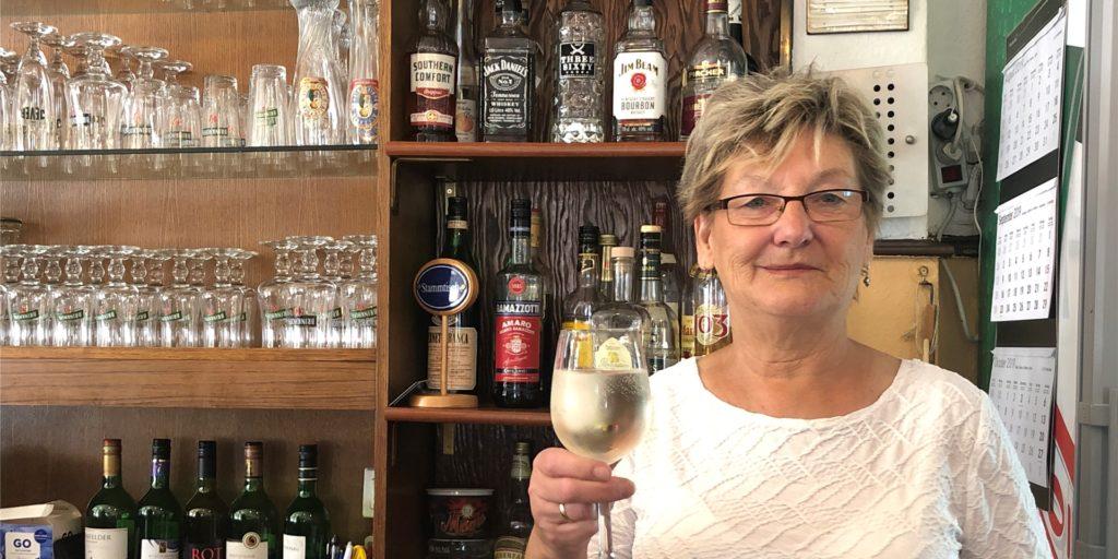 Die lebendige Bier- und Kneipenkultur im Stadtbezirk Lütgendortmund soll  gefördert werden, fordert eine Partei. Wirtin Bianca Tix wird dieser Vorschlag sicherlich freuen.