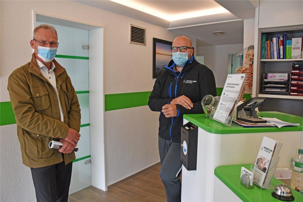 UWG-Bürgermeisterkandidat Gerd Heuser (r.) besuchte Stefan Wittland in seiner Praxis für Physiotherapie. Diese war zu Corona-Zeiten systemrelevant.