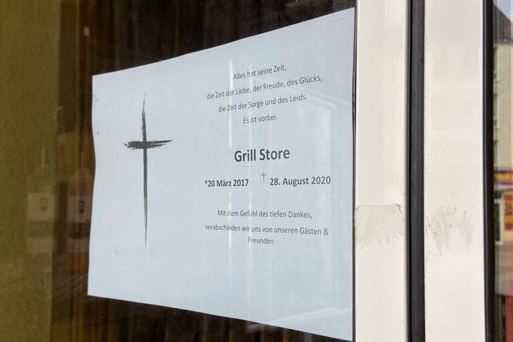 Dieses Schild, gestaltet wie eine Traueranzeige, verkündet die Schließung des Grill Stores in Dortmund.