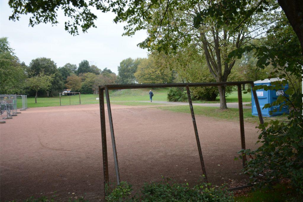 Ein Teil des Bolzplatzes wird als Baulager für die Firma Vornholt genutzt, die Tore sind aber so versetzt worden, dass man weiterhin dort spielen kann.