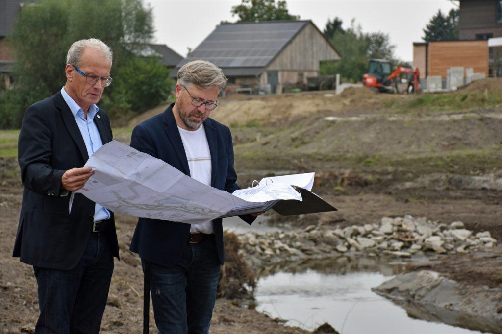 Bürgermeister Friedhelm Kleweken und Helmut Schiermann, Fachbereichsleiter im Rathaus, machten sich an der Baustelle am Mühlenbach ein Bild vom Fortschritt der Arbeiten. Vieles von dem, was im Plan eingezeichnet wurde, ist schon umgesetzt.
