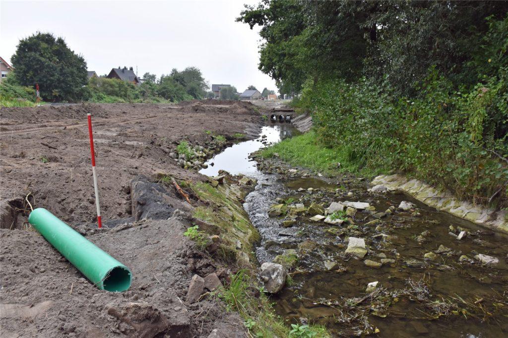 Das grüne Rohr ist Teil einer Leitung, die gelegt wird, um den Mühlenteich am Hof Lenfert aus dem Wasser des Mühlenbachs zu speisen.