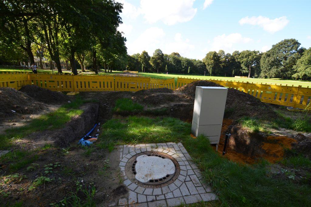 Die Baustelle im Mengeder Volksgarten liegt am Donnerstagmorgen brach. Nach einem Baustopp durch die Bezirksvertretung soll das vorerst auch so bleiben.