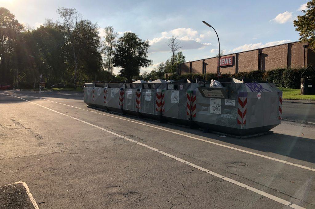 Eine lange Containerreihe trennt den Platz von der Husener Straße.