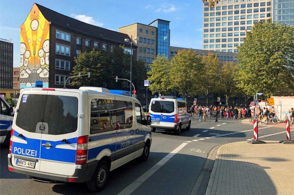 Die Polizei regelte den Verkehr auf dem Wall, während der Demo-Marsch darüberzog.