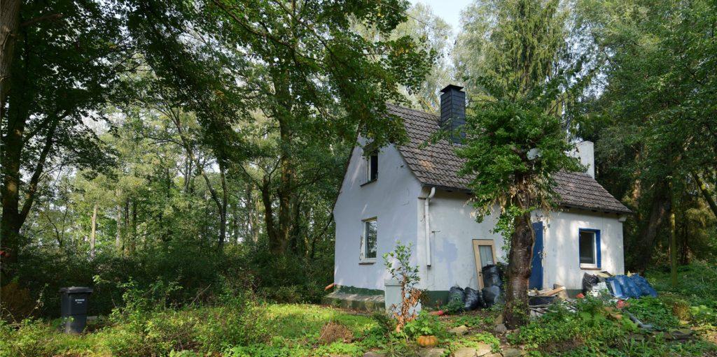 Muss weg, wird schon entkernt: Das Haus Zur Sandgrube 8 im Naturschutzgebiet Netteberge.