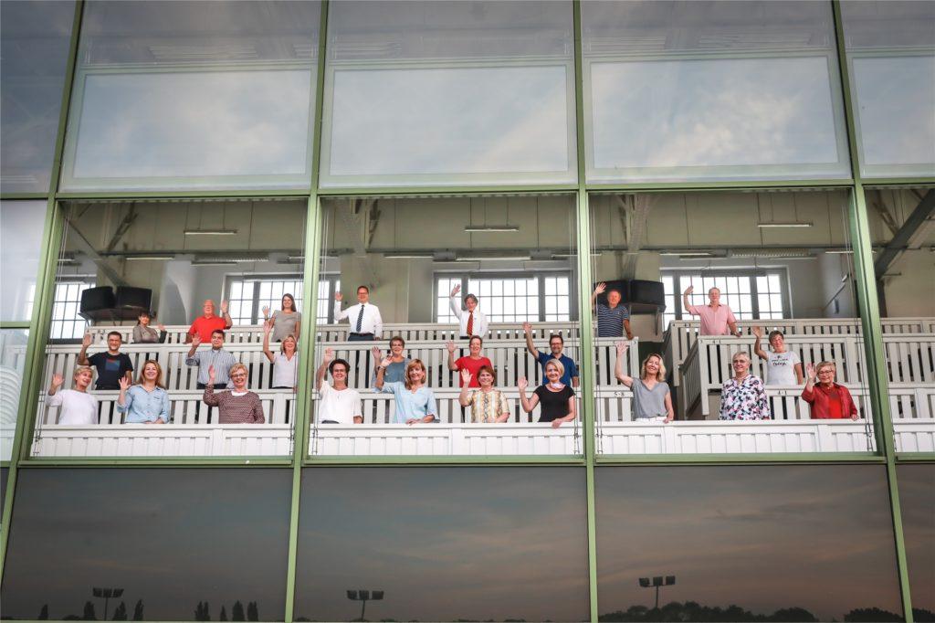 Für frische Luft ist auf der großen Glastribüne mit offenen Fenstern auf der Rennbahn in Dortmund gesorgt. Die Florian Singers freut es.
