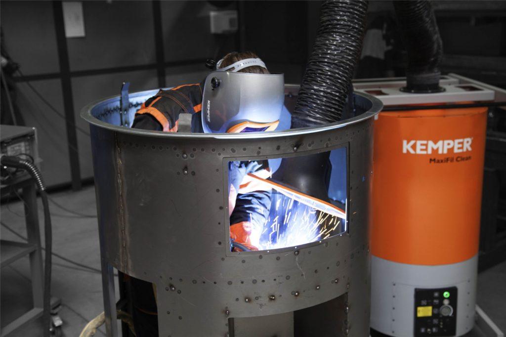 Kemper stellt Absaugablagen wie diese zum kontaminationsfreien Staubaustrag her.