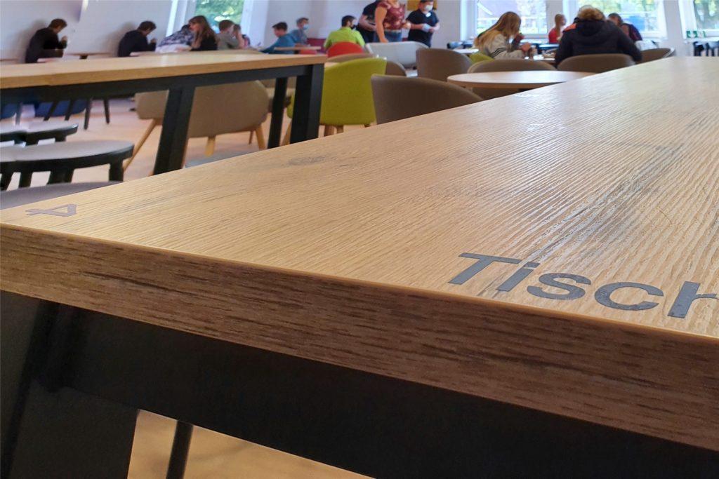 Tische und Plätze sind durchnummeriert – jeder Schüler bucht sich im Vorfeld seinen festen Platz.