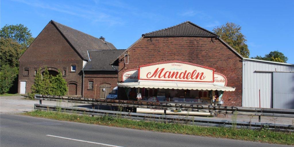 Ein ungewöhnlicher Anblick. An der Deusener Straße, kurz vor der Ellinghauser Straße, haben Rüdiger und Antonia Hornig ihren Mandelstand aufgebaut.