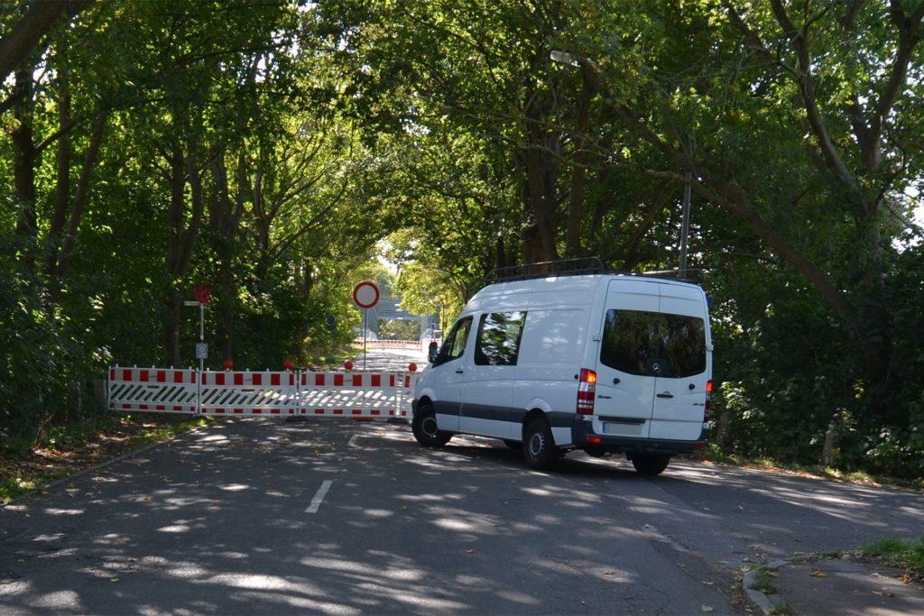 Einige Fahrer mögen es nicht glauben: Aber die Sperrbaken verhindern tatsächlich ein Überqueren der Schwieringhauser Brücke.