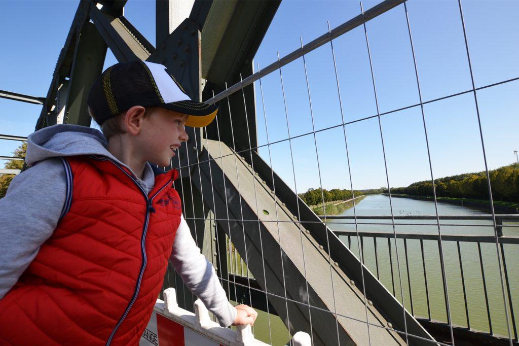 Tim Meininghaus freut sich, dass er auf der autofreien Brücke die Enten auf dem Kanal beobachten kann.