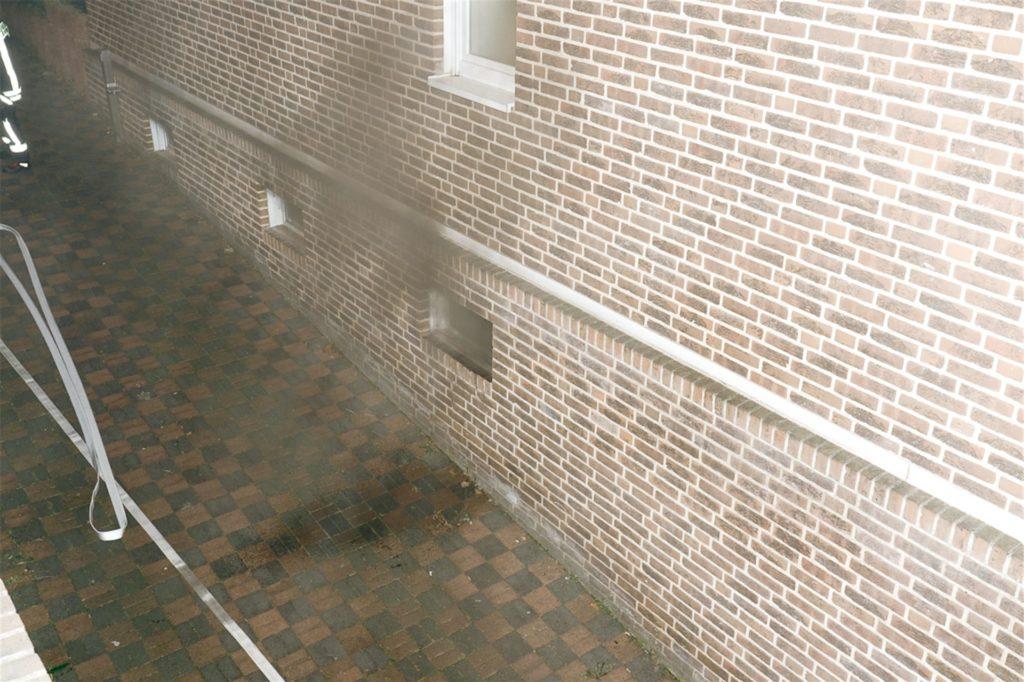 Beim Eintreffen der Feuerwehr war bereits Rauch zu sehen, der aus dem Keller drang.